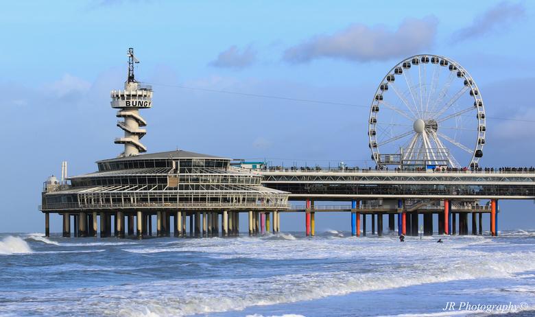 Pier in Scheveningen - De Scheveningse pier  met het reuzenrad op de achtergrond.