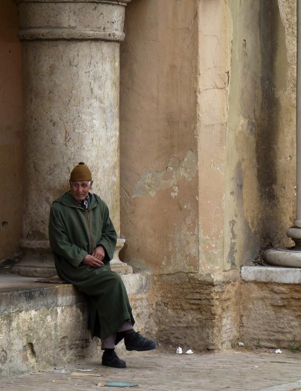 Mijmeren - Man in Meknes die stilletjes in gedachten is. Ik vind persoonlijk de unikleuren wel mooi in deze foto.