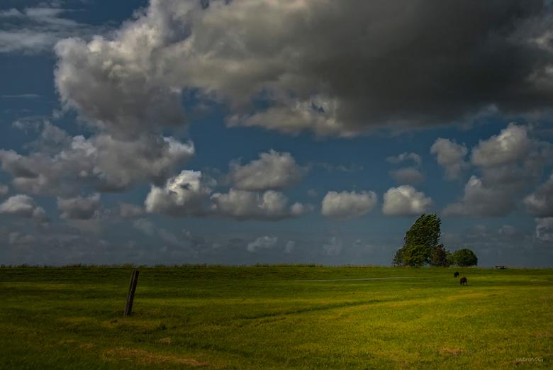 """Moving Clouds - Windkracht 6, 7...<br /> Tip: even de vergroting bekijken...<br /> <br /> Bedankt voor alle leuke reactie op de Juffer <img  src=""""/"""
