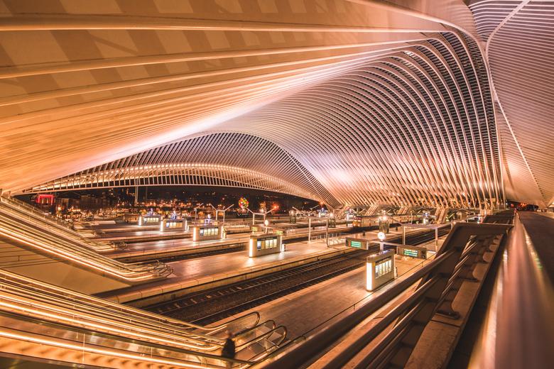 Station Luik - Prachtig Station van Luik (BE). Waar in de avond het lichtspel van kleuren gecombineerd word met de donkere sterrenhemel. Van binnen wo