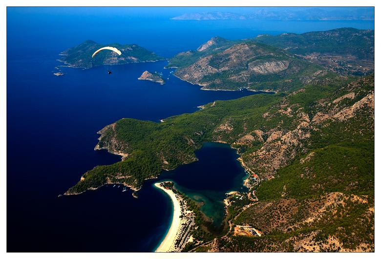 High in the sky - Als je met een parachute van de 2000 mtr hoge 'Babadag' (berg) springt heb binnen enkele ogenblikken dit fabelachtige uitz