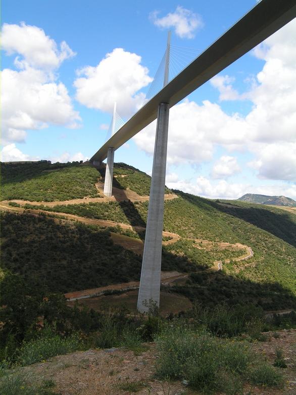Viaduct van Millau vanaf de onderzijde - Hier eens een ander standpunt van het viaduct van Millau, namelijk vanaf de onderzijde. Het imposante bouwwer