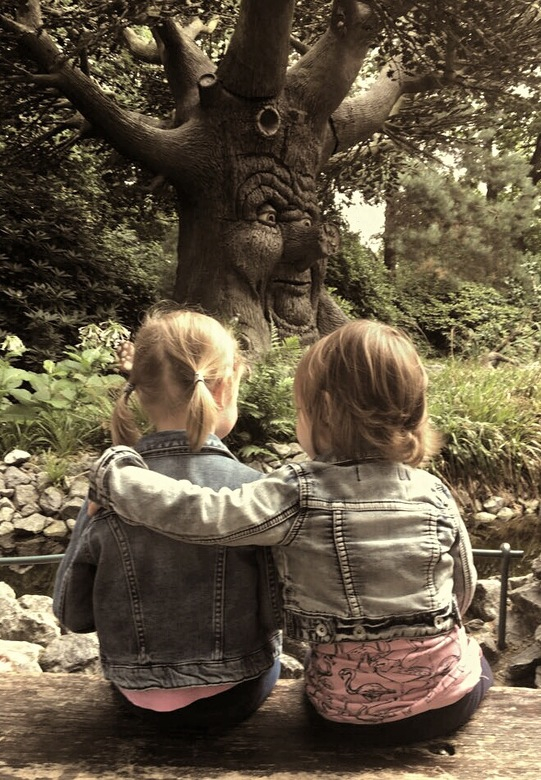 IMG_2734 - Zusjesliefde bij de sprookjesboom