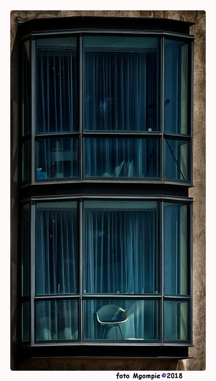 """The chair - Zoveel blauw was niet te weerstaan......<br /> <br /> Bedankt voor de reacties op <a href=""""http://zoom.nl/foto/straatfotografie/word-er-"""