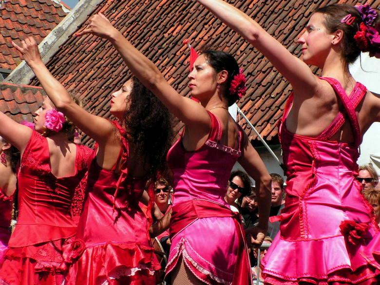 Rokjesdag II - En nog maar een foto van de dames. Hoewel de belichting niet geweldig is door de felle zomerzon, vind ik de herhaling op deze foto, in