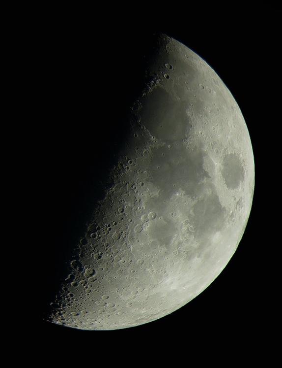 De maan - Ik had mn telescoop een jaar uitgeleend, dus het was wel weer eens tijd die terug te vragen. Dus vanavond even naar de maan gekeken en foto&