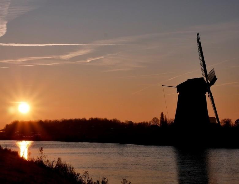 Nekkermolen - Zonsopkomst vandaag, achter de Nekkermolen, Noord-Hollandskanaal, Neck.<br /> 1/250 - f20 - 40 mm.