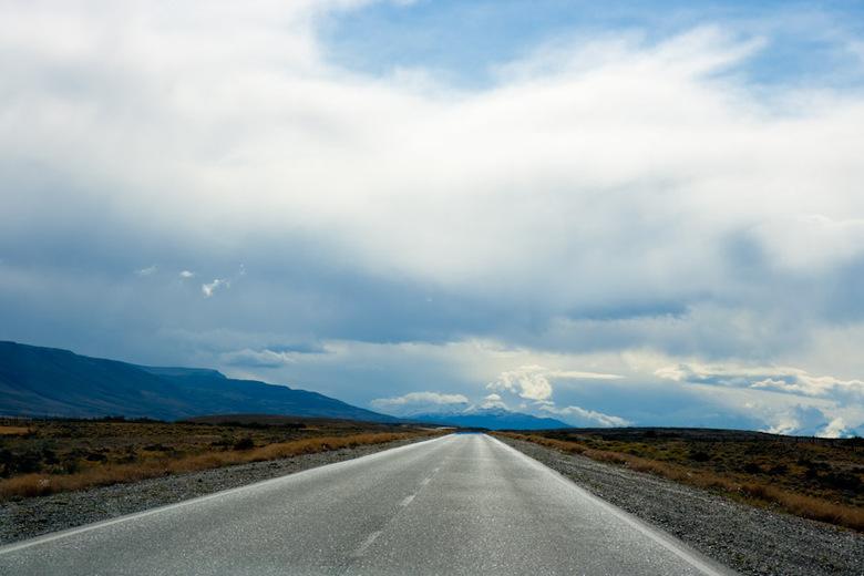 On a road to nowhere - Genomen vanuit rijdende auto. De wegen in Patagonië zijn vaak heel erg verlaten en saai, maar het landschap maakt alles goed.