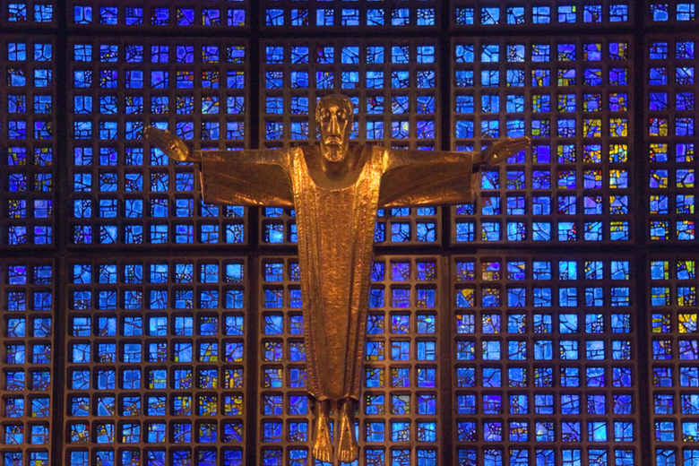 Gedächtniskirche, Berlijn - Het Jezus-beeld in het nieuwbouw gedeelte van de Gedächtniskirche in Berlijn. De kerk is erg beschadigd tijdens de 2e were