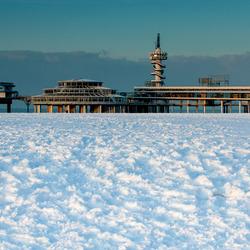 Pier in sneeuw