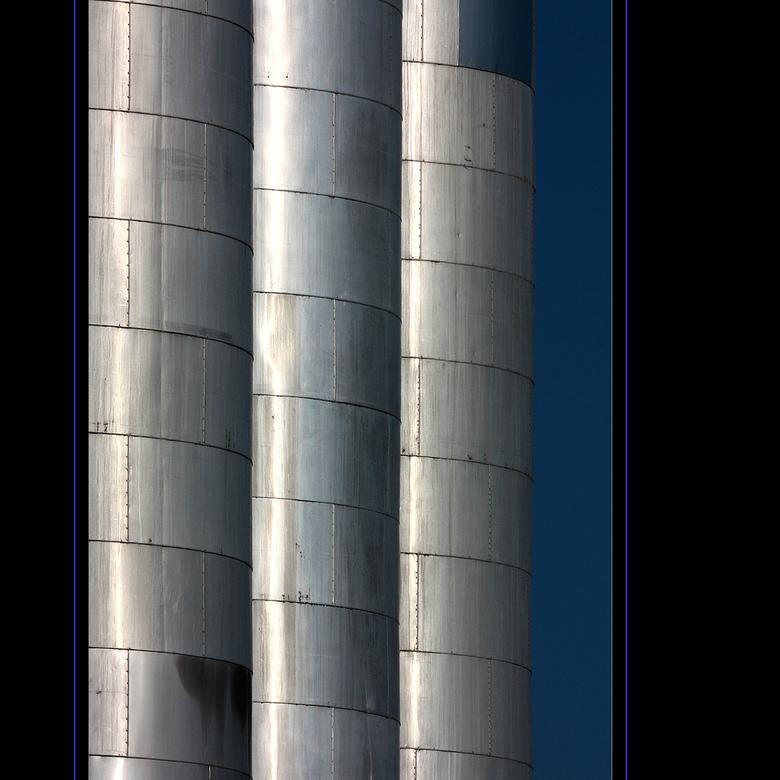 Onderweg 11 - Geen buizen dit keer, maar smalle silo&#039;s en ze staan echt recht (al lijkt dat niet zo).<br />