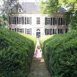 Meisje bij kasteel