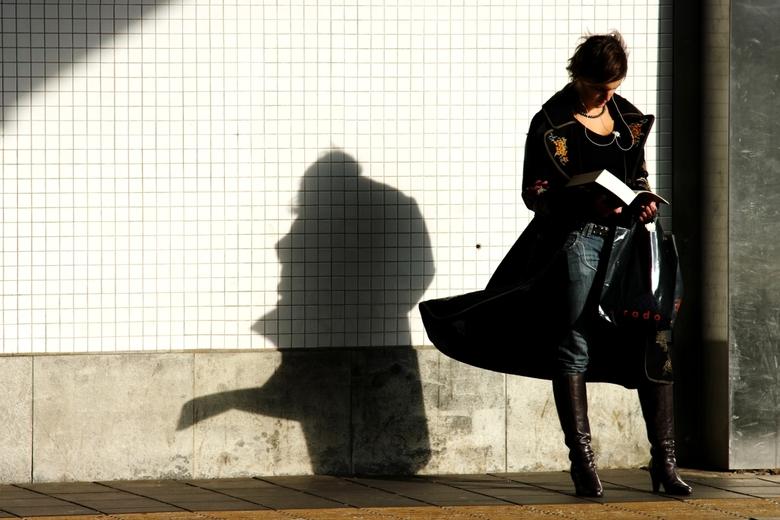 Reizen - Deze vrouw gaat op reis, want zij staat te wachten op het perron op het station in Utrecht. Ze wordt ook mee op reis genomen door het verhaal