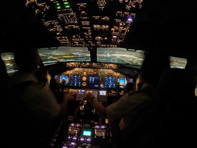 Nadering Schiphol - We naderen baan 36C (Zwanenburgbaan) op Schiphol laat in de avond.