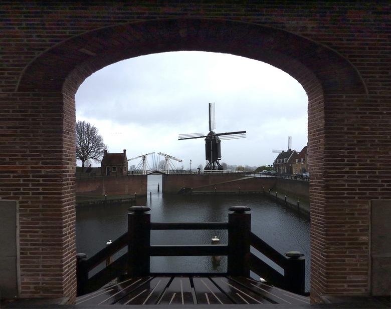 breedzicht - Als je door dit poortje in Heusden een foto maakt, staat of de ophaalbrug of de molen erop.<br /> <br /> Nu ik heb er dus voor gezorgdd