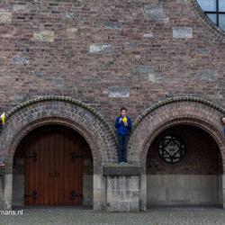 3 Jongens patat eten bij de kerk in Enschede