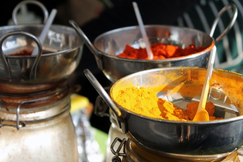 Markt  - Verse kruiden en curry's op een lokale markt