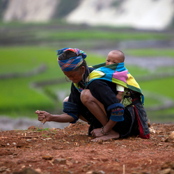 Vietnamese vrouw met kind Giay Bergstam