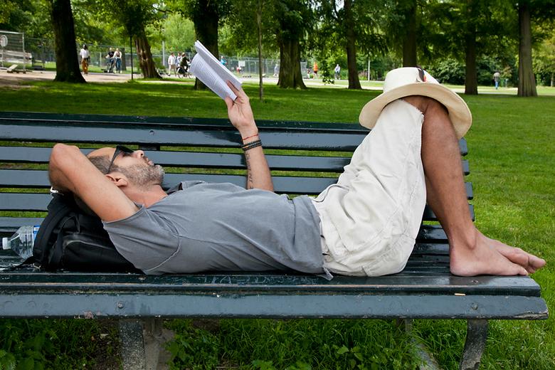 Bankje lezen - lezen in vondelpark