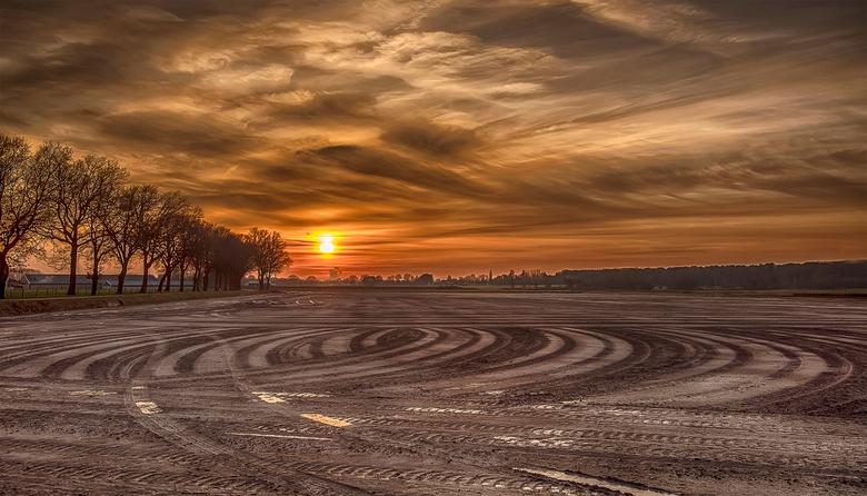 bandensporen op het land - tractorbandensporen op het land,natuurgebied de Pannenhoef Zundert/Etten-Leur tijdens zonsondergang 6-01-2017