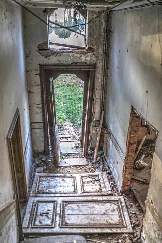 Toegankelijk - Toegang tot de woning wordt belemmerd door een gaaswerk, maar de voordeur staat open en de overige deuren zijn over de vloer gelegd om
