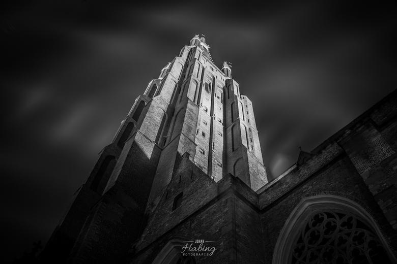 Onze Lieve Vrouwe kerk Brugge (B) - Het was nogal bewolkt die avond, gelukkig miezerde het enkel een klein beetje en bood een bushalte me bescherming