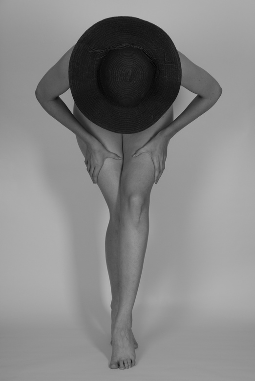 A woman with a black hat - Model: Isa