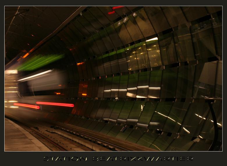 Beatrixkwartier - Het randstadrail station Beatrixkwartier in Den Haag at night met een vertrekkende trein.<br />