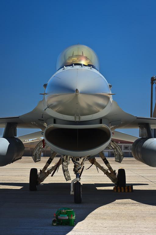 F-16 in de zon - Eenmaal aangekomen in Gran Canaria worden er enkele onderhoudswerkzaamheden uitgevoerd aan de F-16&#039;s.<br /> Hier staat er één t