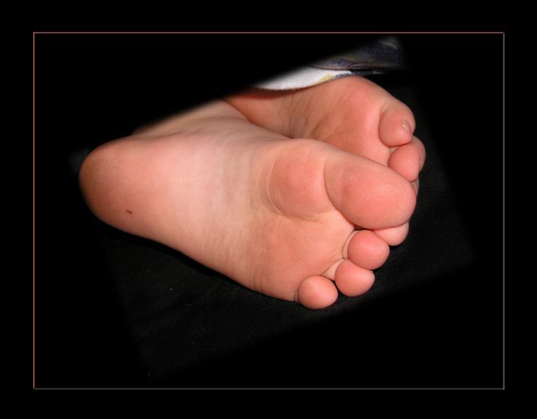 Lekker slapen - De voeten van Klaske die lekker ligt te slapen in mamma's bed