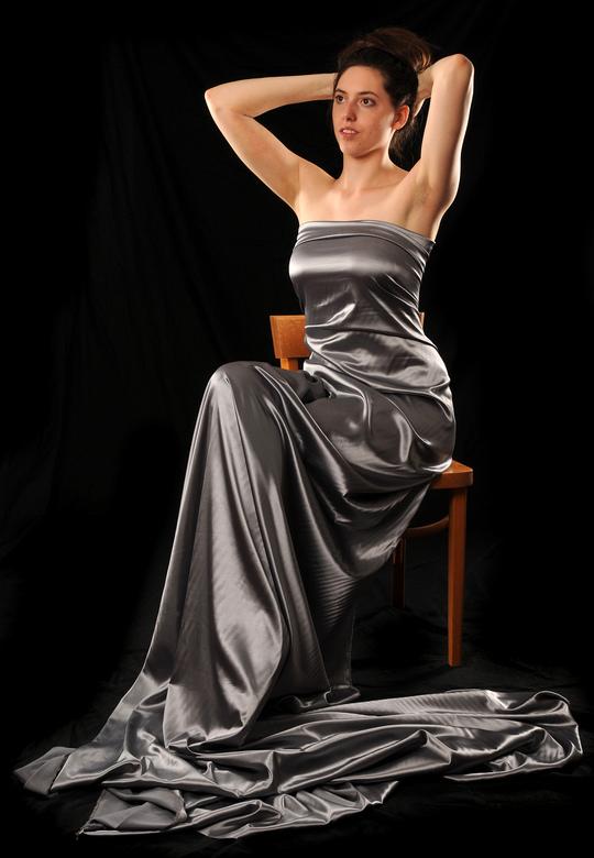 Isa - Bij deze foto heeft Isa geen jurk aan. Het is een lap stof die om haar lichaam gedrapeerd is. Aan de achterkant zit de stof vast met een aantal