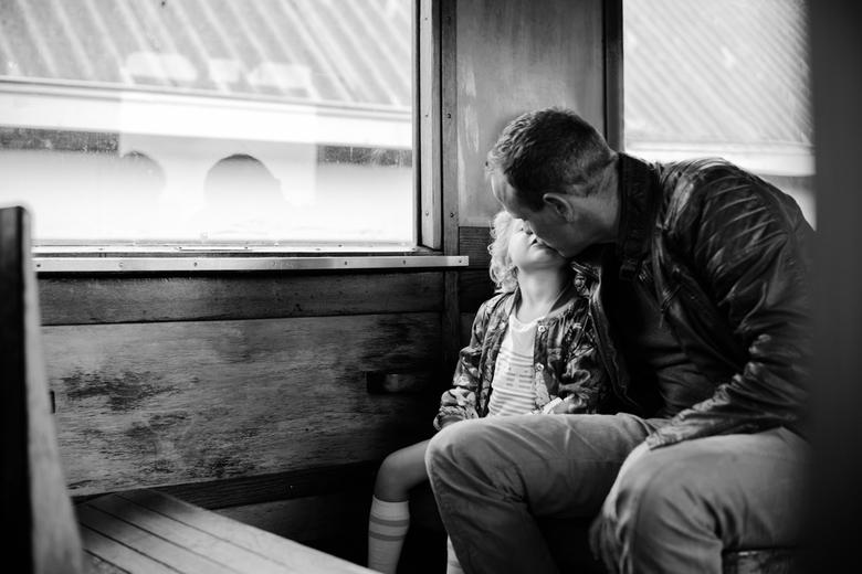 Kusje van papa in de trein -
