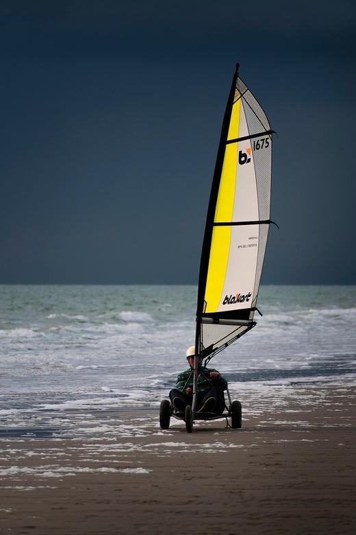 Blow Out - Een blow cart op het strand met daarachter een dreigende lucht.