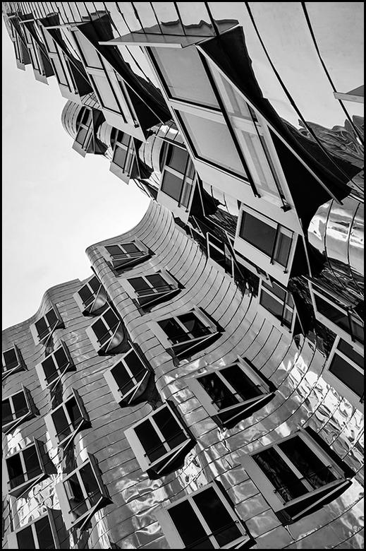 German architecture 11 - Bij fotografie is een standpunt heel belangrijk voor hoe een foto overkomt en wat je zoal allemaal in beeld ziet. Zo zal bijv