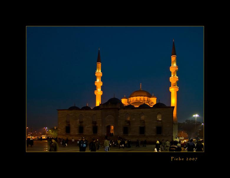 Saturday night fever.... - Deze foto is op zaterdagavond genomen in Istanboel op een plein nabij de kruiden bazar. Zoals jullie zien, is het een drukt