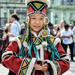 Traditioneel gekleed Mongools meisje