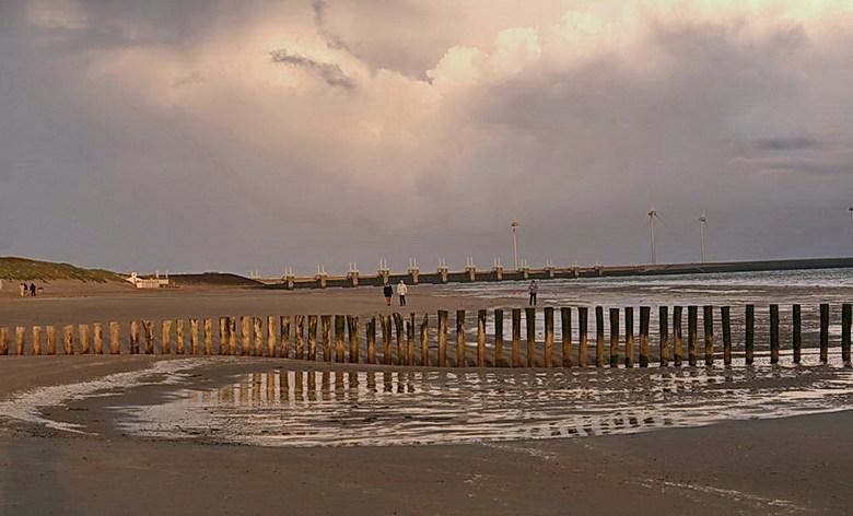Westenschouwen. - Strand Westenschouwen bij de kustplaats Burgh-Haamstede in de verte de pijlerdam van de Oosterscheldekering.<br /> 19 mei 2015.<br