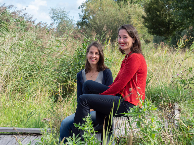 Eeneiige tweeling Monique en Eveline 2 - Nogmaals Monique (in het rood) en Eveline