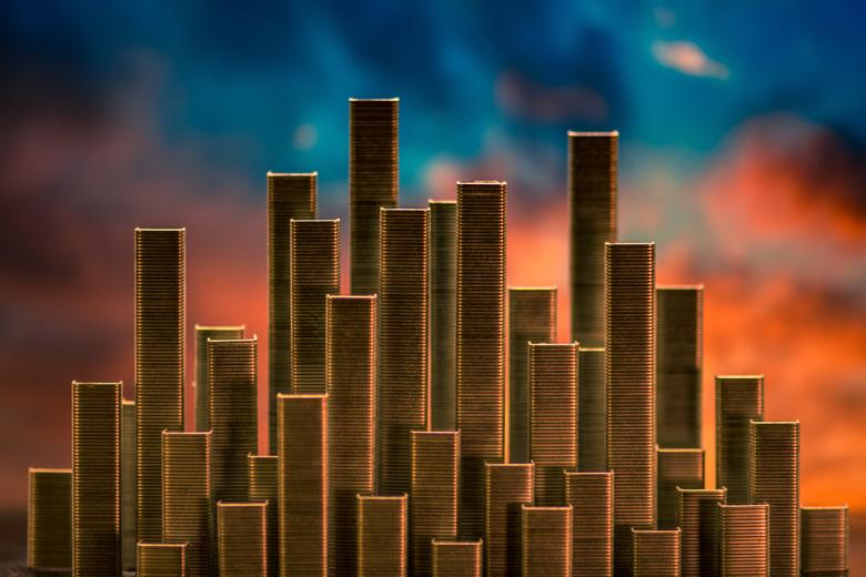 Staples city  - Opbouw gemaakt met nietjes en achtergrond op papier geprint en van achter het papier verlicht met rode en blauwe spotjes.