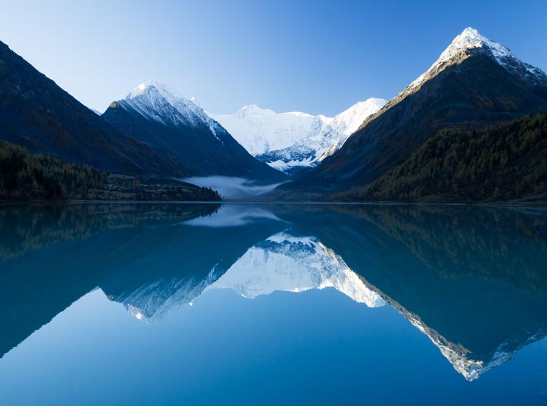 Mount Belukha gespiegeld in lake Ak-Kem - Belukha mountain, de hoogste piek van het Altai gebergte torent met zijn 4506 meter boven iedereen uit. Niet