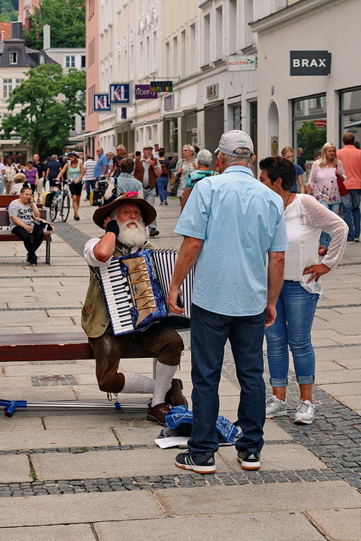 Passau Duitsland. - Leuk straat beeld op het plein.<br /> <br /> 2 juni 2018.<br /> Groetjes