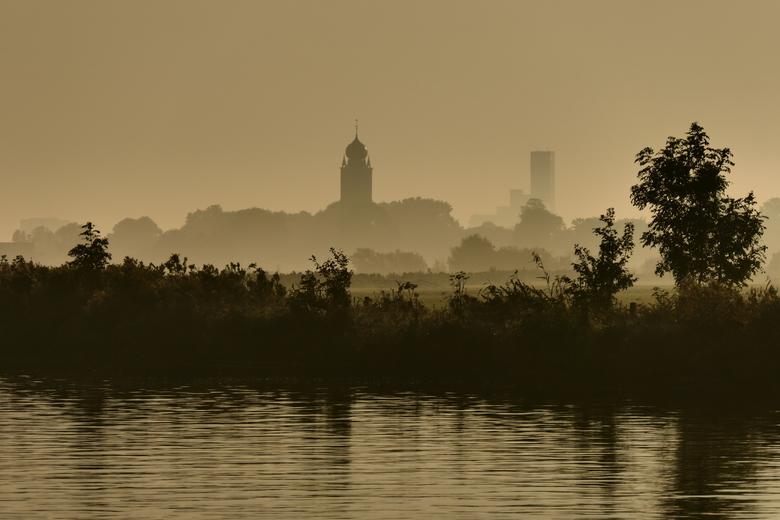 Misty morning  - Op een mistige ochtend op de fiets naar het werk en dan dit zien. Daar word ik blij van. Je ziet de toren van Deinum, met de sipel op