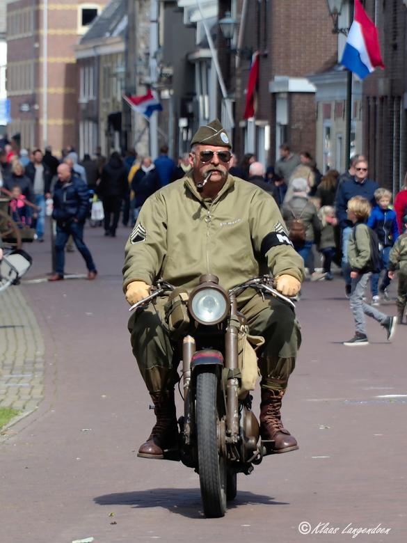 Militairy Police - de MP op de motorfiets tijdens de bevrijdingsfeesten in Brielle. Dat we het nooit mogen vergeten.
