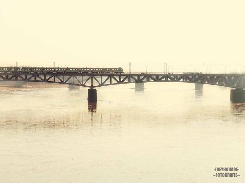 De bruggen van warschau - Warschau, met de ijzige rivier de Wisla, Mooie oude industriële brug en oude trein nog een voelt een beetje als een link naa
