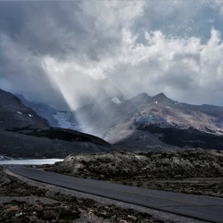 Zonnestralen en dreigende wolken