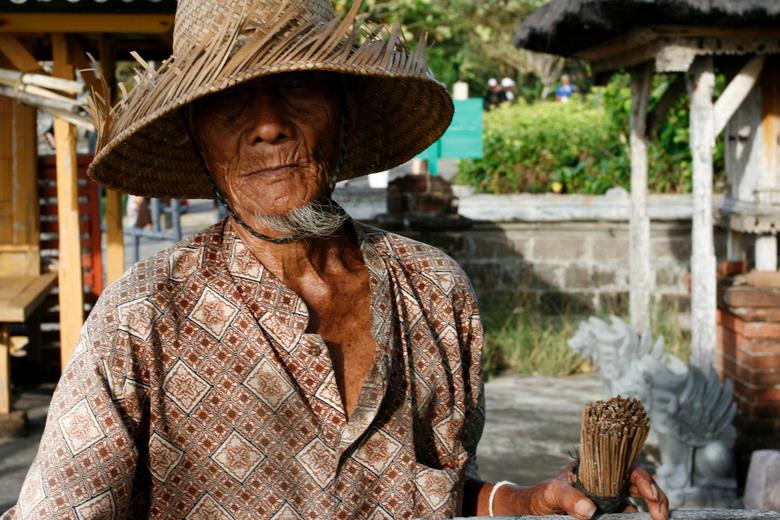 Old man - Foto genomen tijdens excursie op Bali bij een tempel. Deze meneer wilde wel even poseren. <br /> <br /> Brandpuntsafst: 33 mm<br /> 1/125