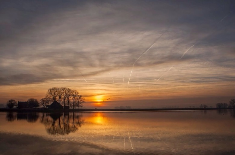 kleurige start van het weekend! - kleurige start van het weekend met een zonsopkomst. de vliegtuigstrepen geven een best leuk effect in de foto. fijn