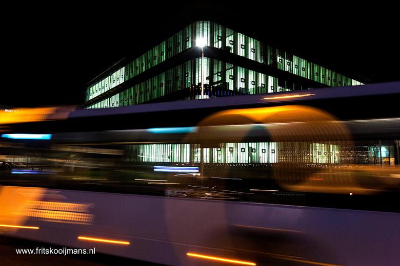 CJIB gebouw op verkeersplein Heliconweg Leeuwarden. De bus reed net voorbij