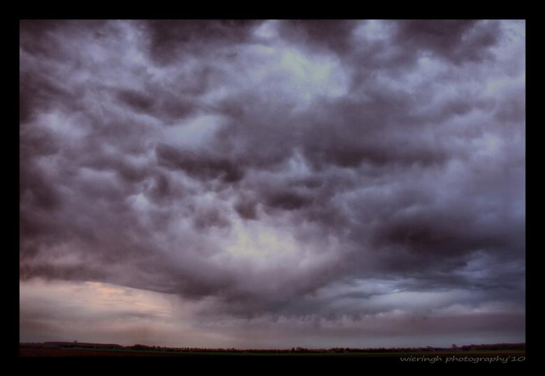 """open the gates - en er kwam me toch een partij water uit deze wolk.....nee dus hier en daar een drup!  <img  src=""""/images/smileys/wilt.png""""/><br /> <"""
