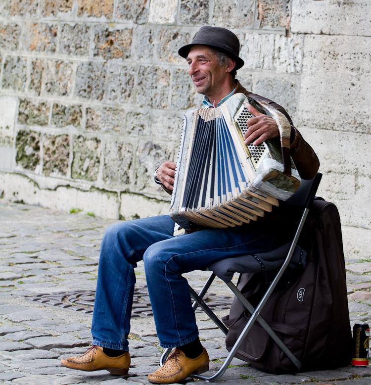 Straatmuzikant  - Deze foto komt uit ons bezoek in Parijs <br /> Heerlijke straat muzikant die de toeristen vermaakt, <br /> <br /> wel een lekker